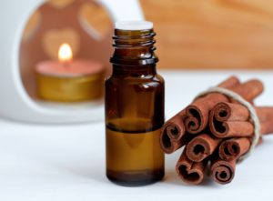 Essential-cinnamon-oil-000084544273_XXXLarge